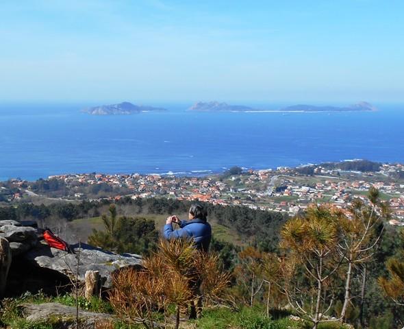 Al fondo, las Islas Cies, a la entrada de la Ría de Vigo